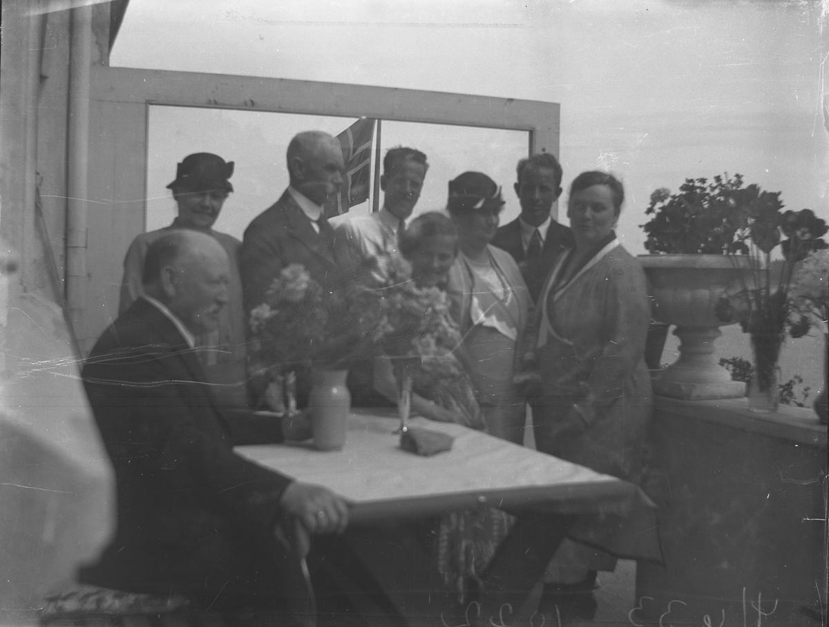 Åtte personer på verandaen hos Lyng Olsen i Parken 4 Juni 1933. Kragerø