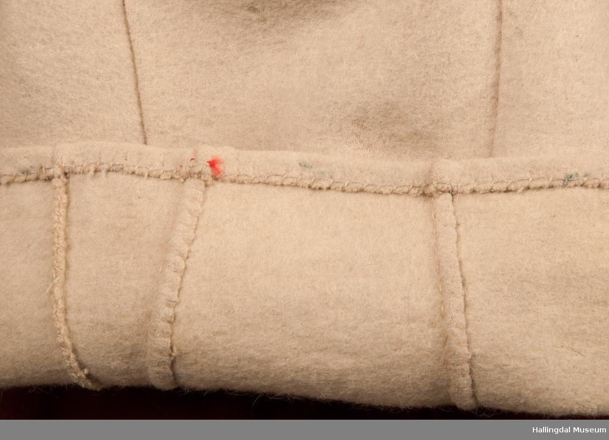 Brudgomsdrakten er satt sammen av mange plagg deriblant HFN 03086 hatt, HFN 01911 a-b sokkeband m.fl