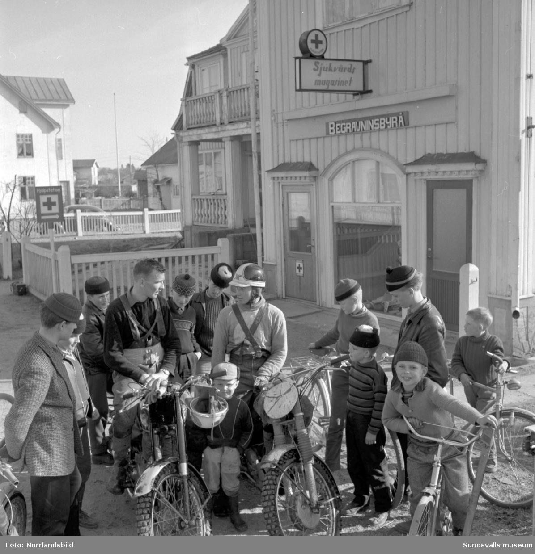 Barn och ungdomar samlade vid begravningsbyrån invid Riks 13 i Njurundabommen.