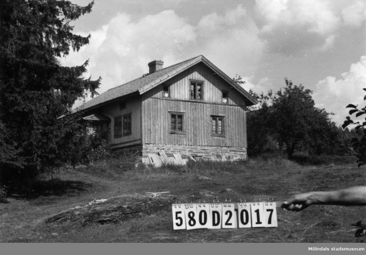 Byggnadsinventering i Lindome 1968. Hassungared 3:8. Hus nr: 580D2017. Benämning: permanent bostad och ladugård. Kvalitet: dålig. Material: trä. Övrigt: eventuellt öde. Tillfartsväg: framkomlig.