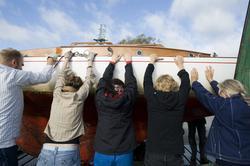 Båtupptagning på gammalt traditionellt vis, med handkraft, p
