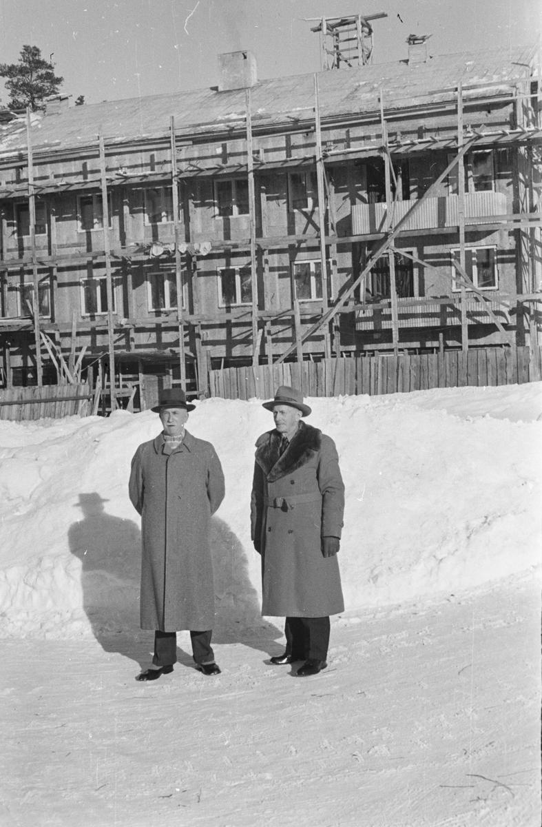Leiret, Elverum. To menn.  Pedersengården under bygging.
