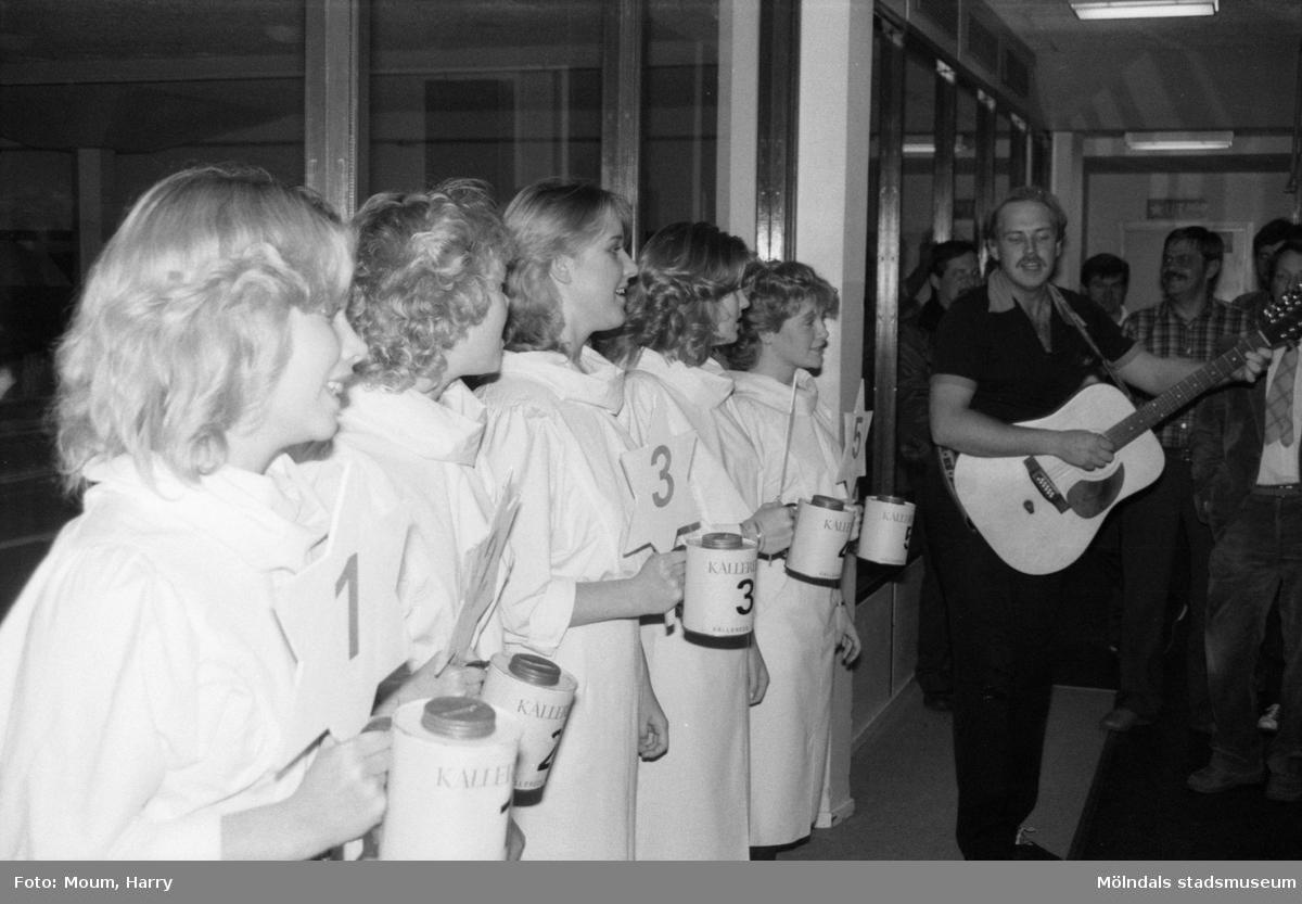 Kållereds lucia-kandidater samlar in pengar på Kållereds bowlinghall, år 1984.  För mer information om bilden se under tilläggsinformation.