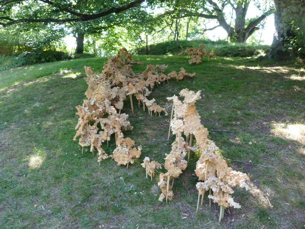"""Kunst ble satt ut i parken på museet, juli og august 2013, med temaet """"I Munchs fotspor"""". Katrine Koster Holst satt sammen mange trebiter og laget en installasjon. Den het """"Tømmerstokk""""."""