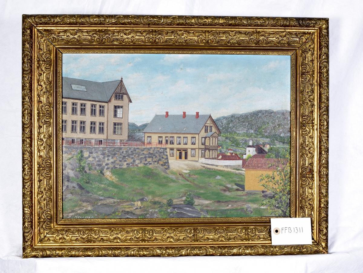 Maleriet viser to store treetasjes trebygninger. I bakgrunnen kan det sees en kirke og noen hus, omkranset av et lite fjell.