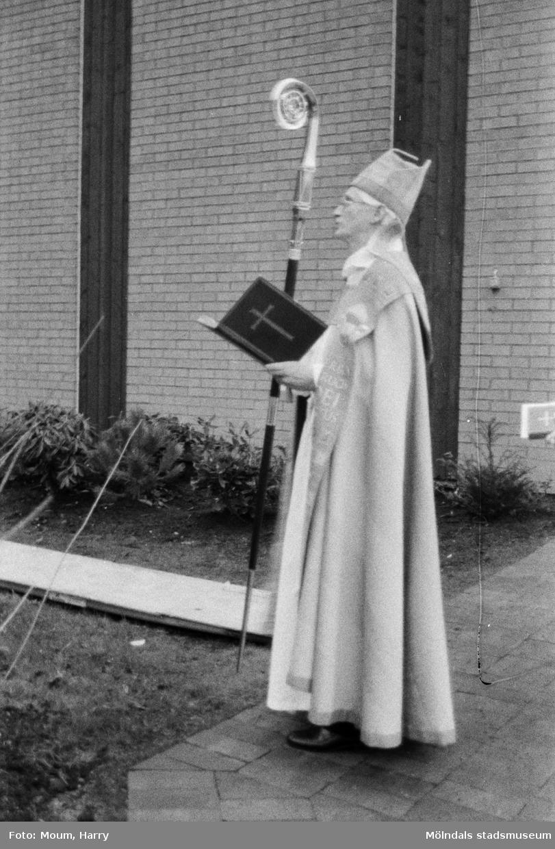 Fågelbergskyrkan i Rävekärr, Mölndal, invigs, år 1984.  För mer information om bilden se under tilläggsinformation.