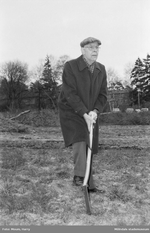 """""""Evert Eliasson tog första spadtaget till servicehuset i Kållered."""" År 1984."""