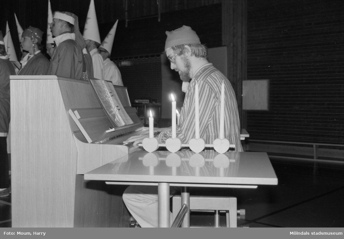 """Luciafirande på Ekenskolan i Kållered, år 1984. """"Jan-Ivar Blixt vid pianot på luciamorgon i Ekenskolan.""""  För mer information om bilden se under tilläggsinformation."""