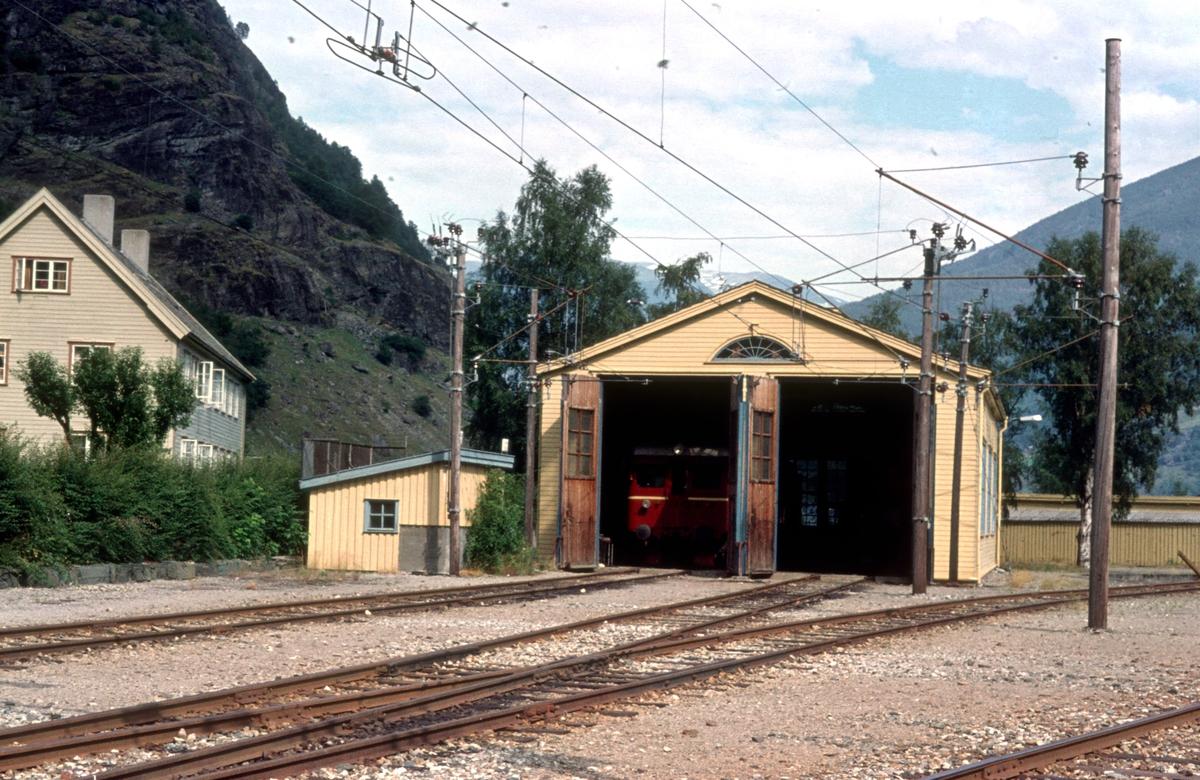 Flåmsbana. Fåm stasjon, lokomotivstall og overnattingsbolig.