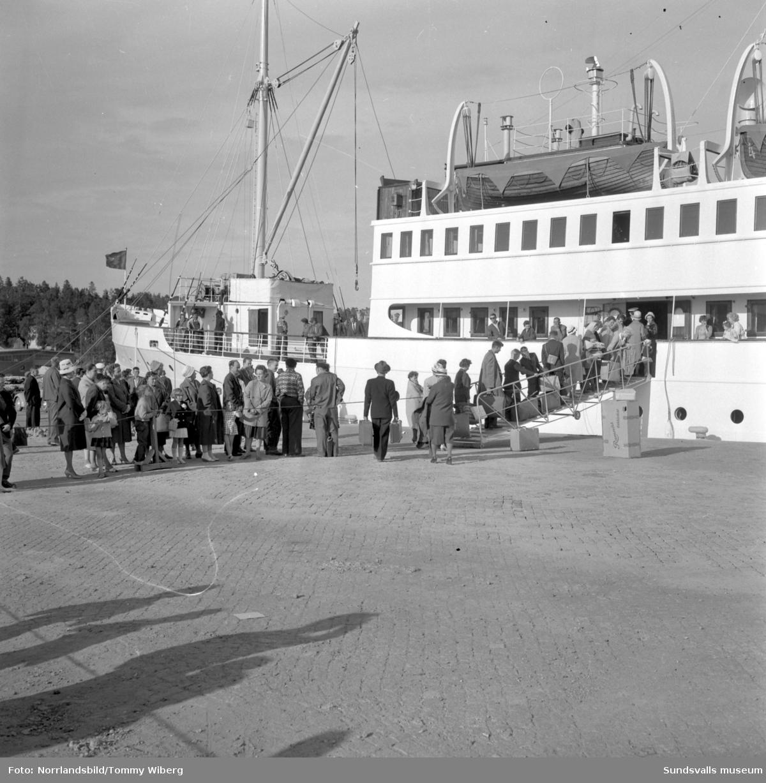Passagerarbåten Ragne avgår första gången för säsongen från Sundsvalls hamn.