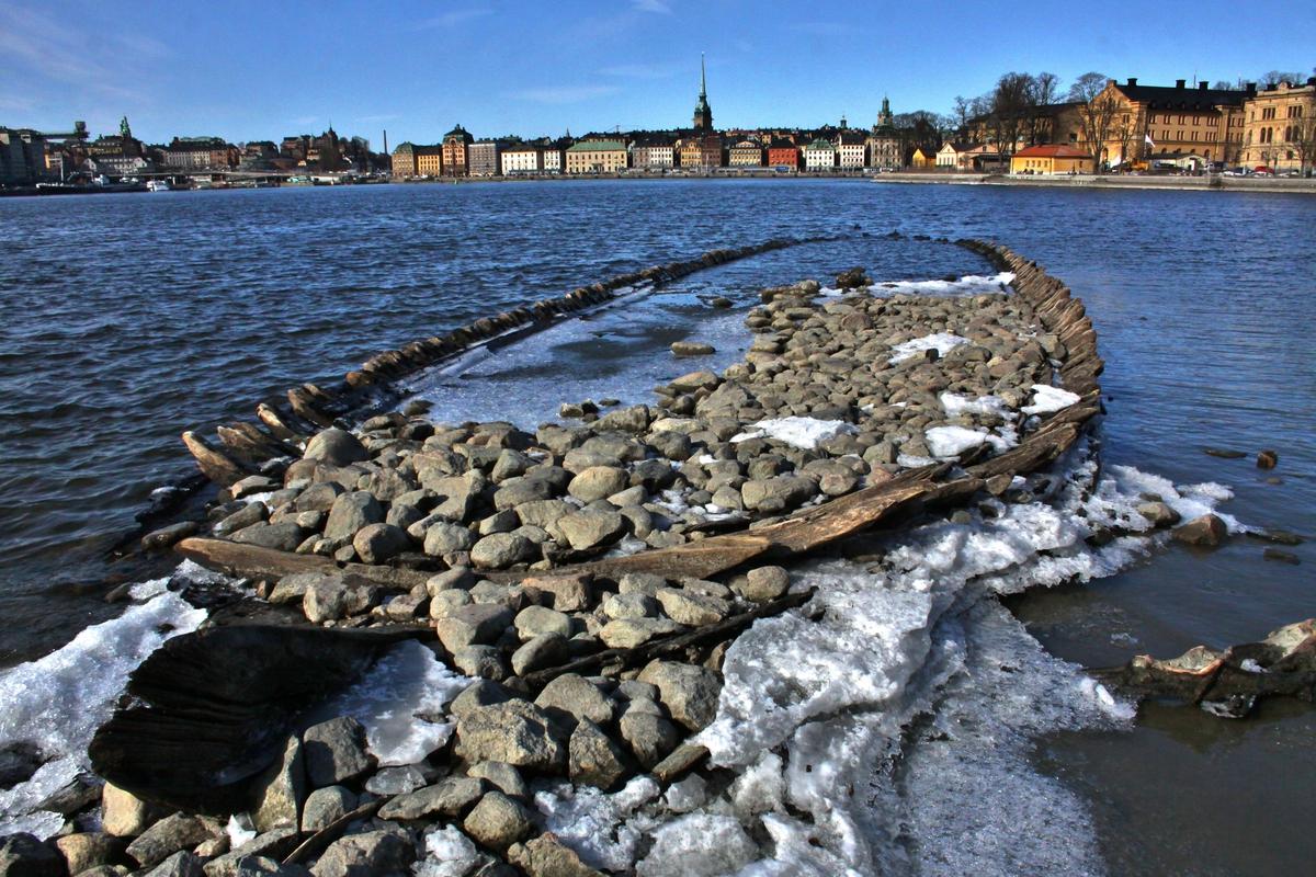 Övrigt: Vid månadsskiftet mars-april 2013 blev under lågt vattenstånd i Saltsjön ett skeppsvrak synligt ovan vattenytan intill Kastellholmen. Vraket hade även tidigare iakttagits vid lågvatten, men dess uppdykande 2013 åstadkom stor medial uppståndelse; bl a framfördes på nytt tidigare spekulationer om att det skulle röra sig om resterna av det danska örlogsfartyget GRAA ULV, som byggts i Neustadt 1642 och erövrats av svenska flottan vid slaget vid Ebeltoftsviken 1659. Marinarkeologer från SMM tog prover för att fastställa vrakets identitet, men denna hade ännu i maj 2013, då denna post upprättades, inte kunnat fastslås.