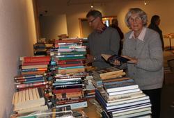 Bergsvenner jobber veldig for å få alle bøkene på plass, 08.