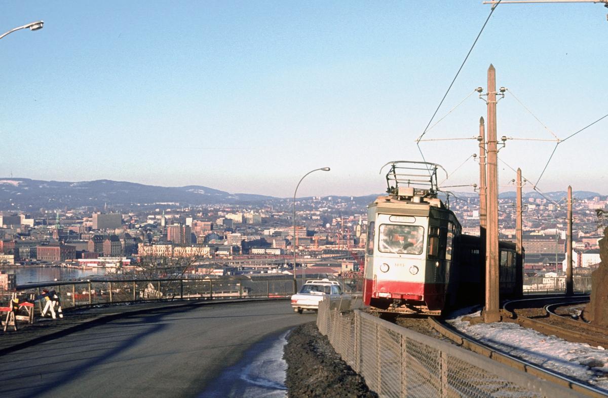 Ekebergbanen, Oslo Sporveier. Vogn 1013 ved Sjømannsskolen en bilfri søndag under oljekrisen.