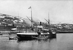 """D/s """"Senjen"""" oppankret i Harstadbotn. Gårdsbebyggelse i bakg"""