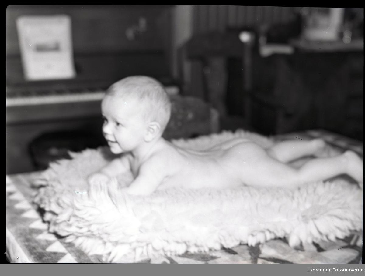 Baby på saueskinn  II