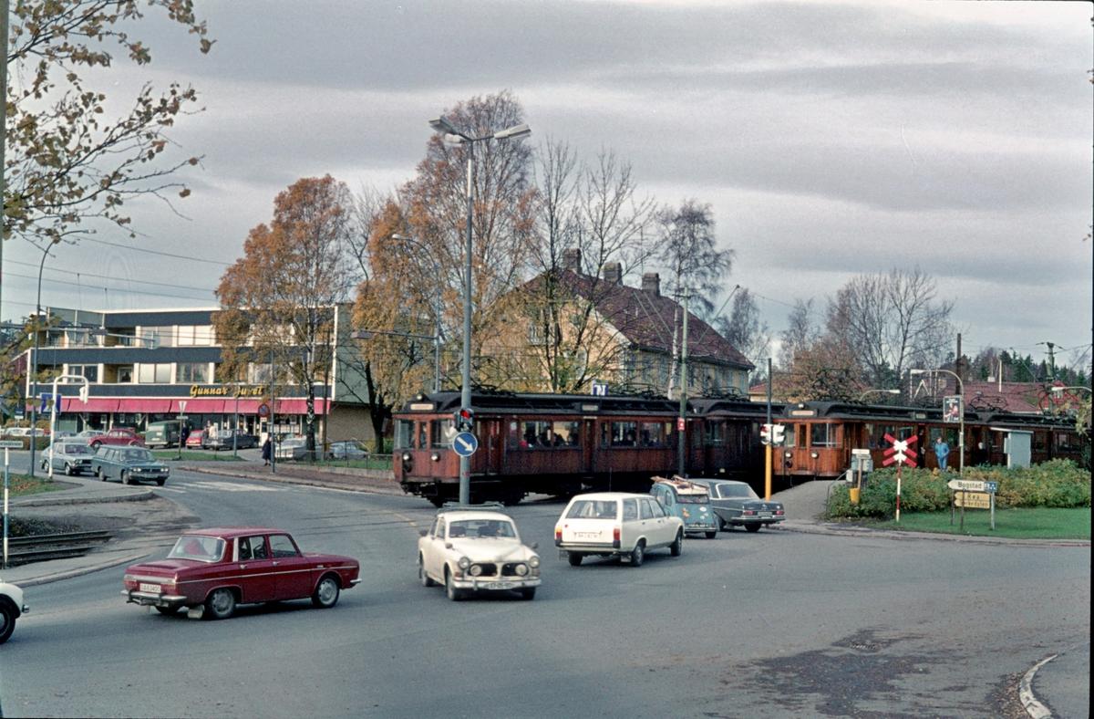 A/S Holmenkolbanen. Røabanen. Makrellbekken stasjon og planovergang. Vogn 42 og 41 type 1914 på nedgående spor, og vogn 36 type 1909 og 38 type 1914 retning Østerås.