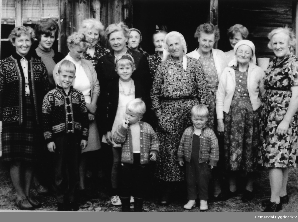 Fossen, Søteli i Hemsedal i 1968 Budeier frå Søteli - og Klanten stølslag. Fremst frå høgre: Oline Tuv, Anne N. Tuv, Guri Bøygard, Anne Groset, Ragnhild Tuv med panneband. Dei andre framme er slekt til Guri Bøygard. Bak frå høgre: Gunhild Vøllo, signe Holde, Margit Haugen, Birgit S. Tuv, Birgit O. Tuv.