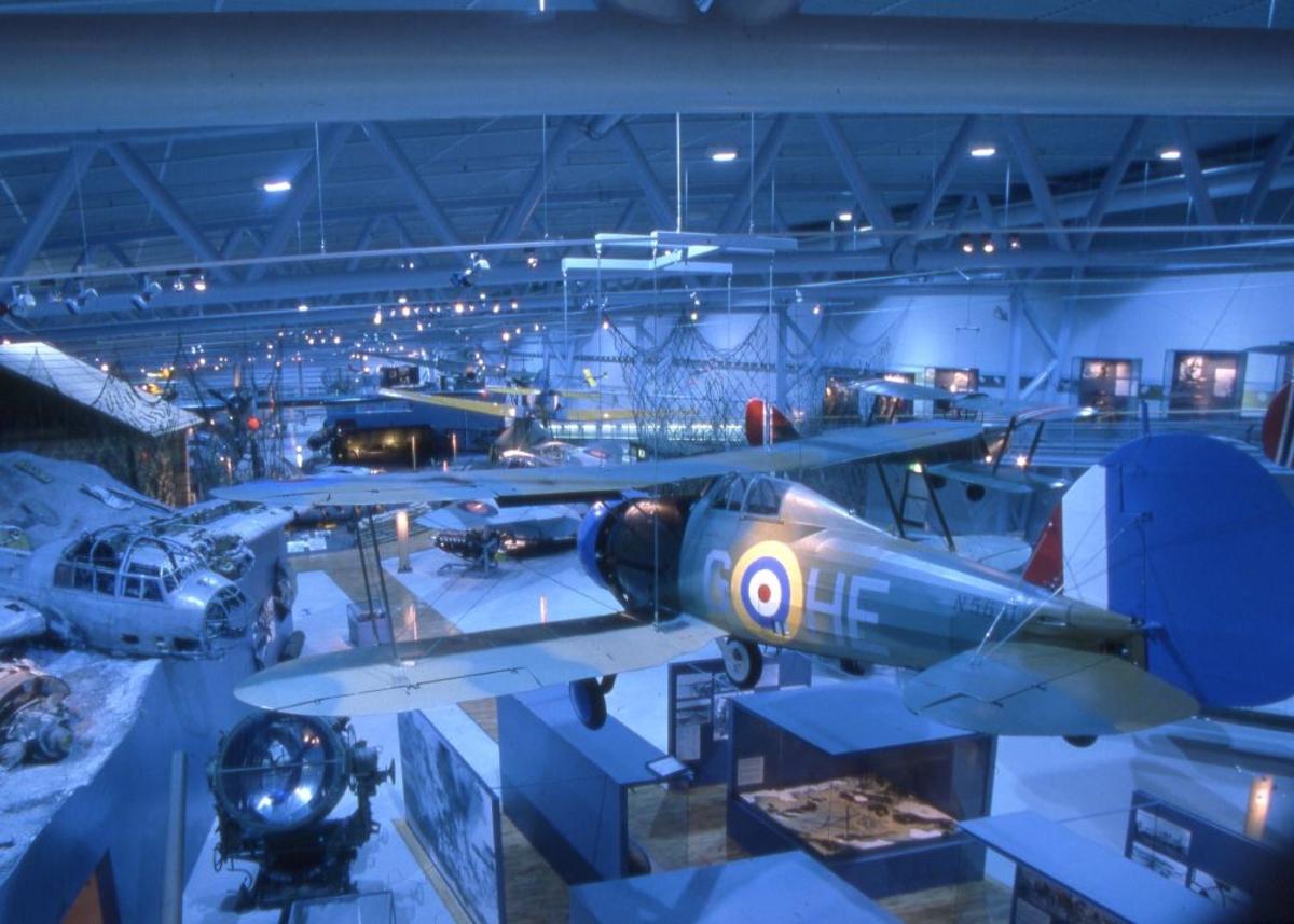Oversiktsfoto tatt innendørs. En Gloster Gladiator nærmest.