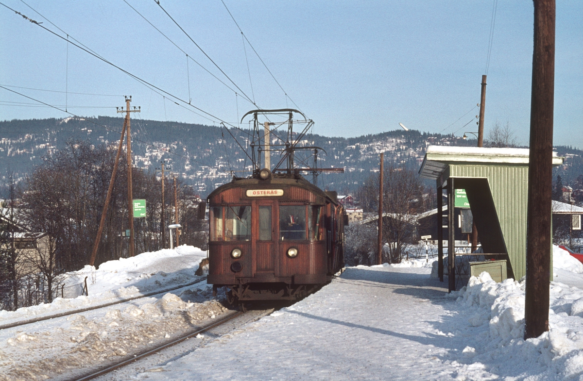 A/S Holmenkolbanen. Røabanen. Vogn 607, type 1951 (Skabo, NEBB) på Grini stasjon.