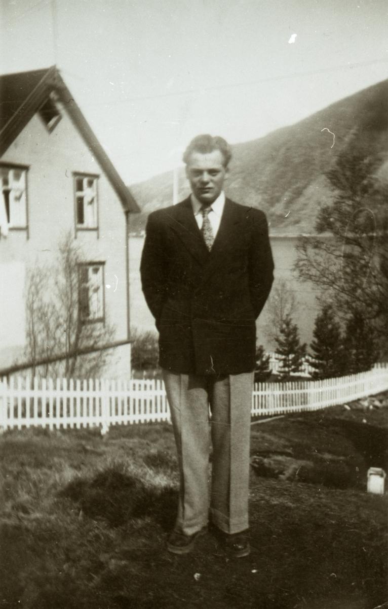 Gudmund Berg foran huset sitt.