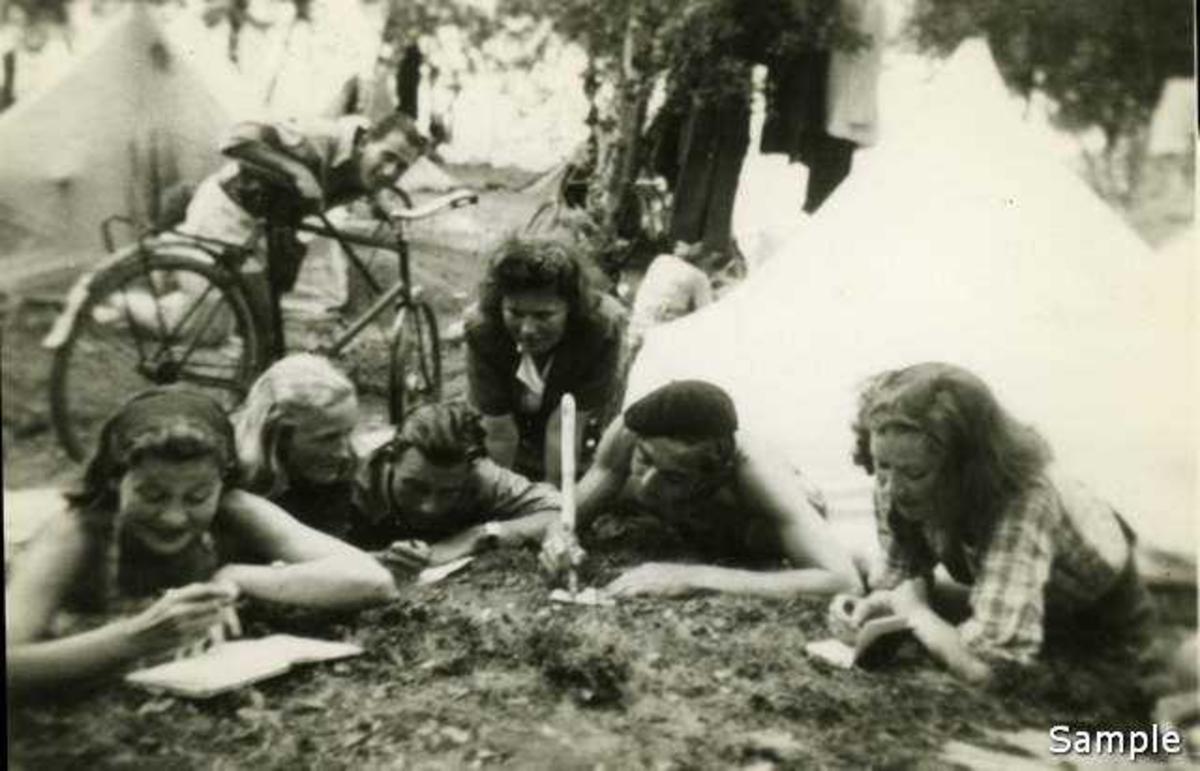 Det ble skrevet flittig i minnebøker på leira på Hol i Tjeldund 1942. (43?)