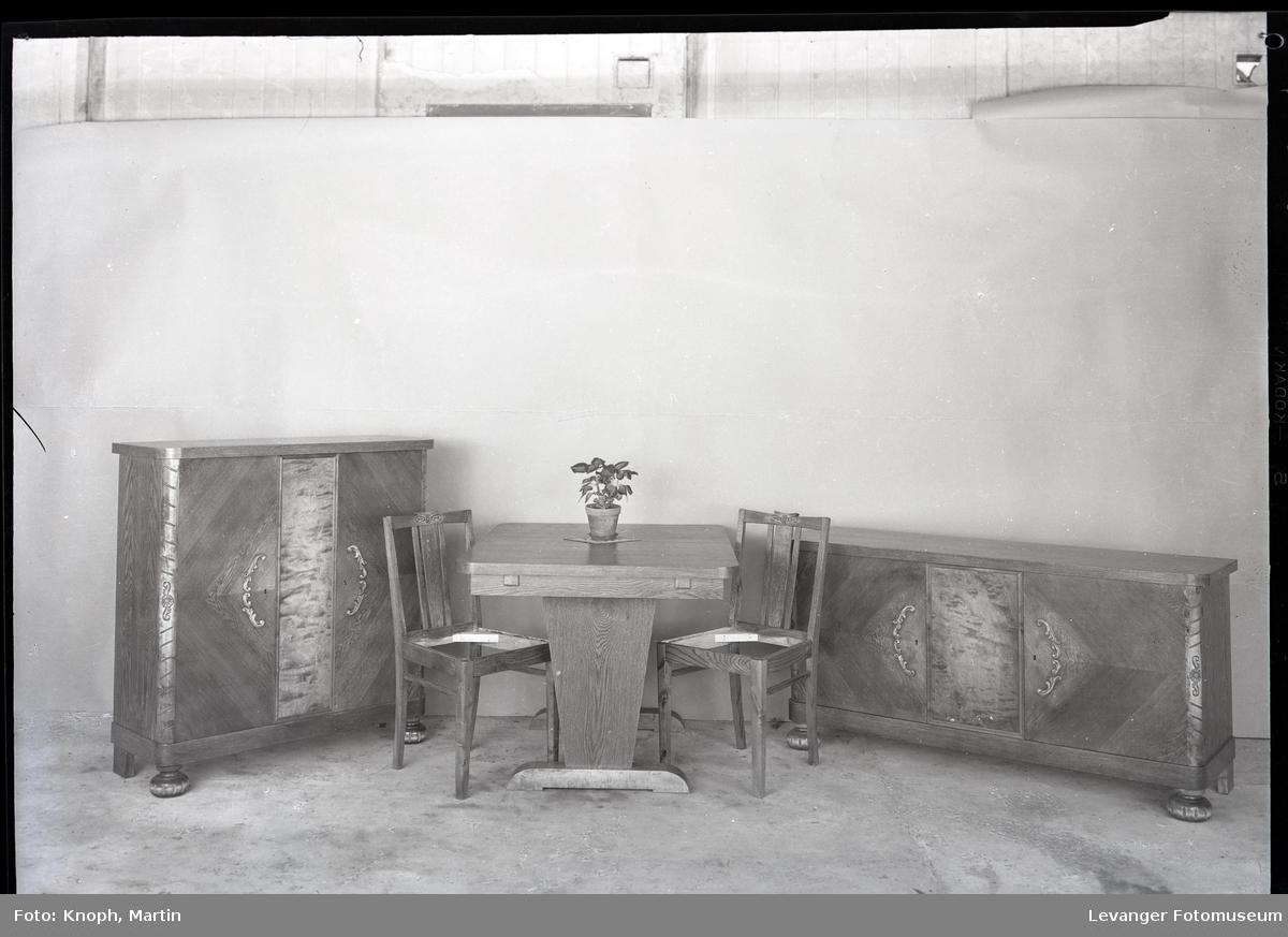 Spisestuemøbler laget av Nilsen  I
