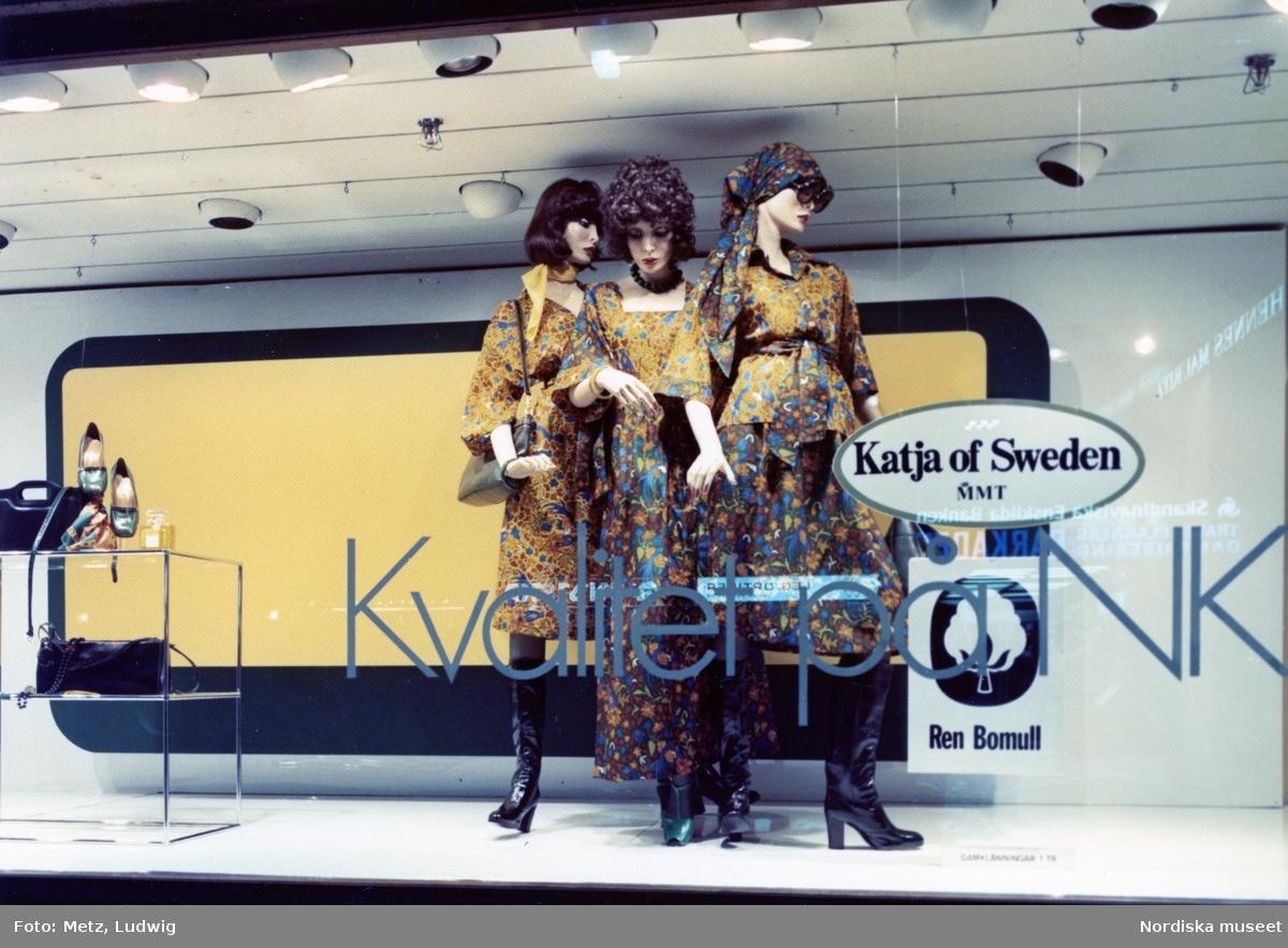 a66248cc7be Skyltfönster på Nordiska Kompaniet. Skyltdockor i kläder från Katja of  Sweden. Klänning, blus