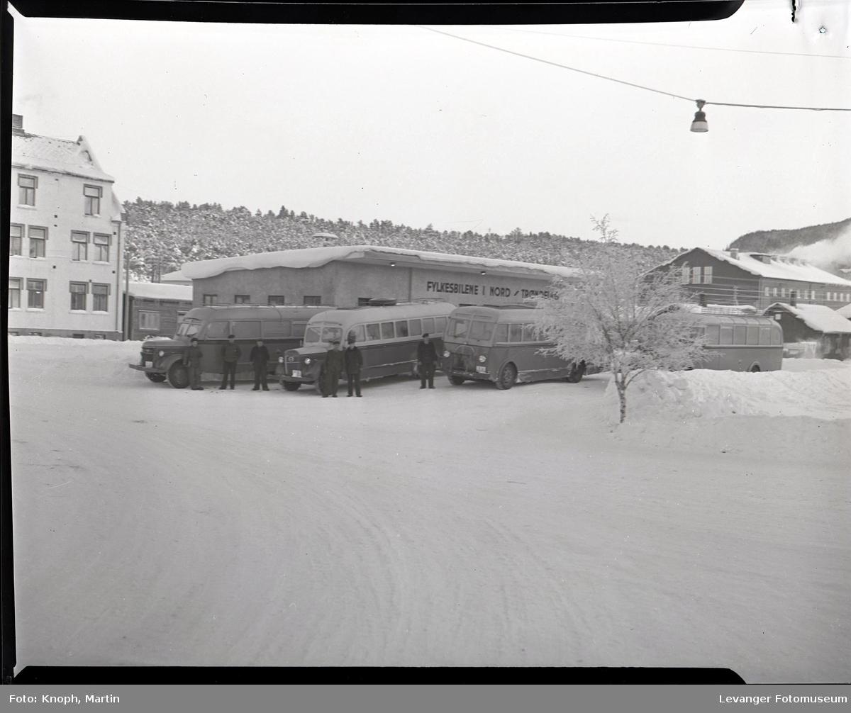 Fylkesbilene oppstilt  i vinterlandskap  I