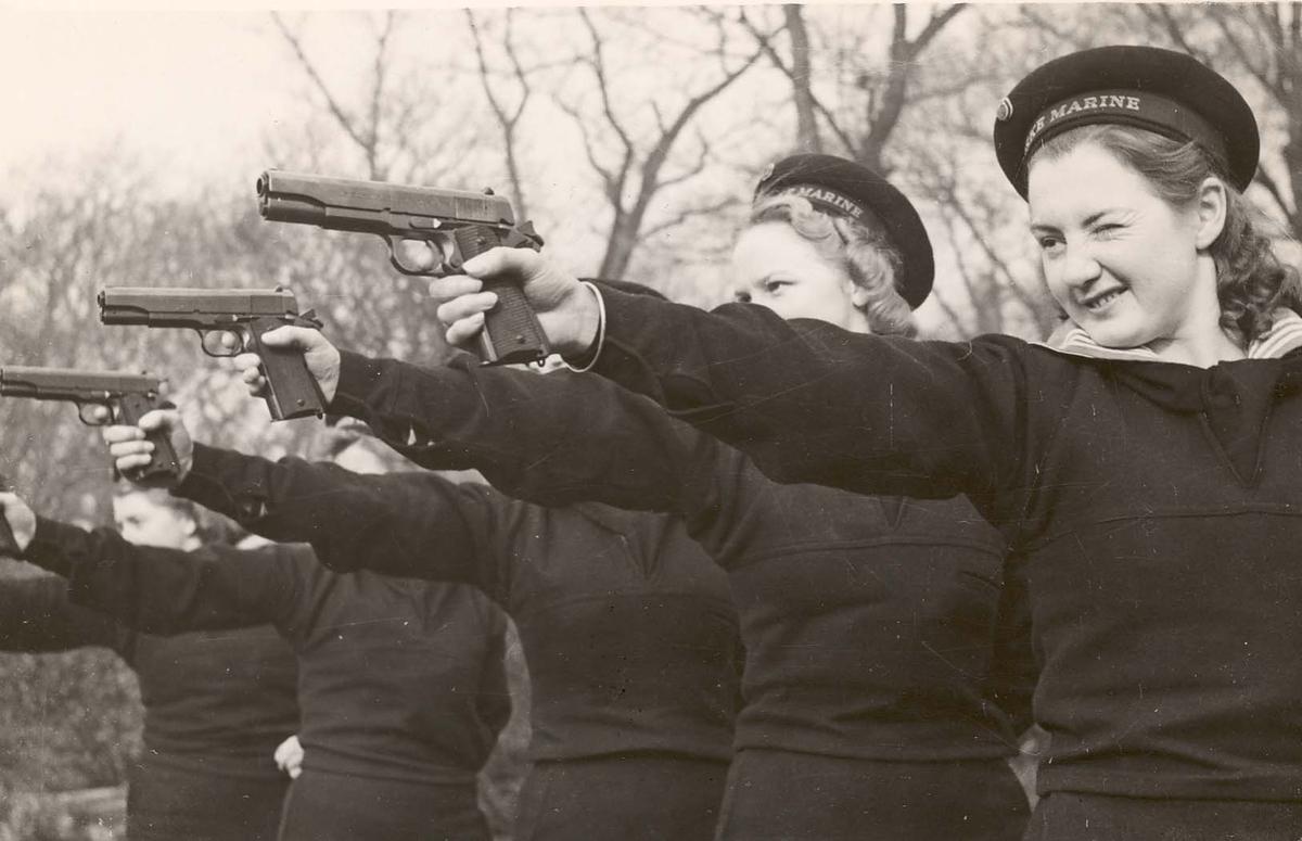 Motiv: Marinens Kvinnekorps 1942-1945 Kurs 2-1942 Liverpool Sikteøvelser Pistolen er US Colt M/1911 A 1