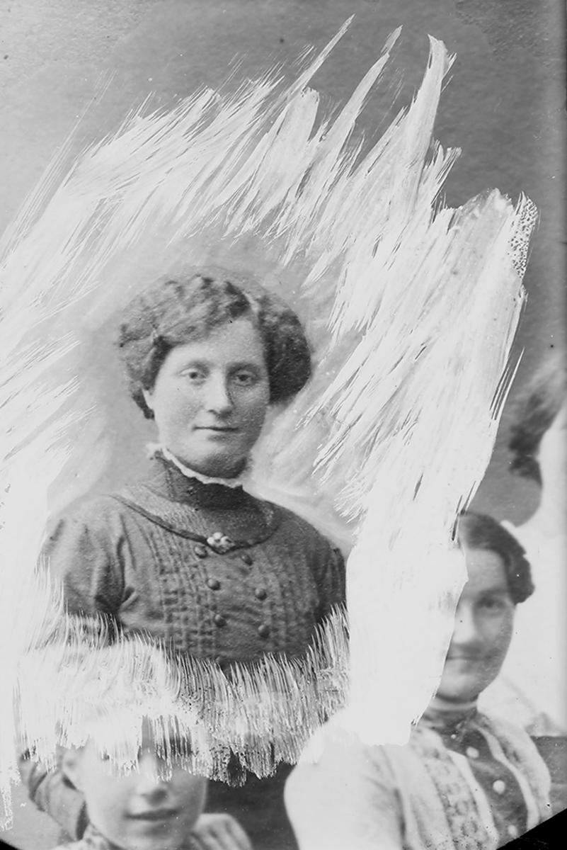 Portrett. Kvinne i 20-30-åra.