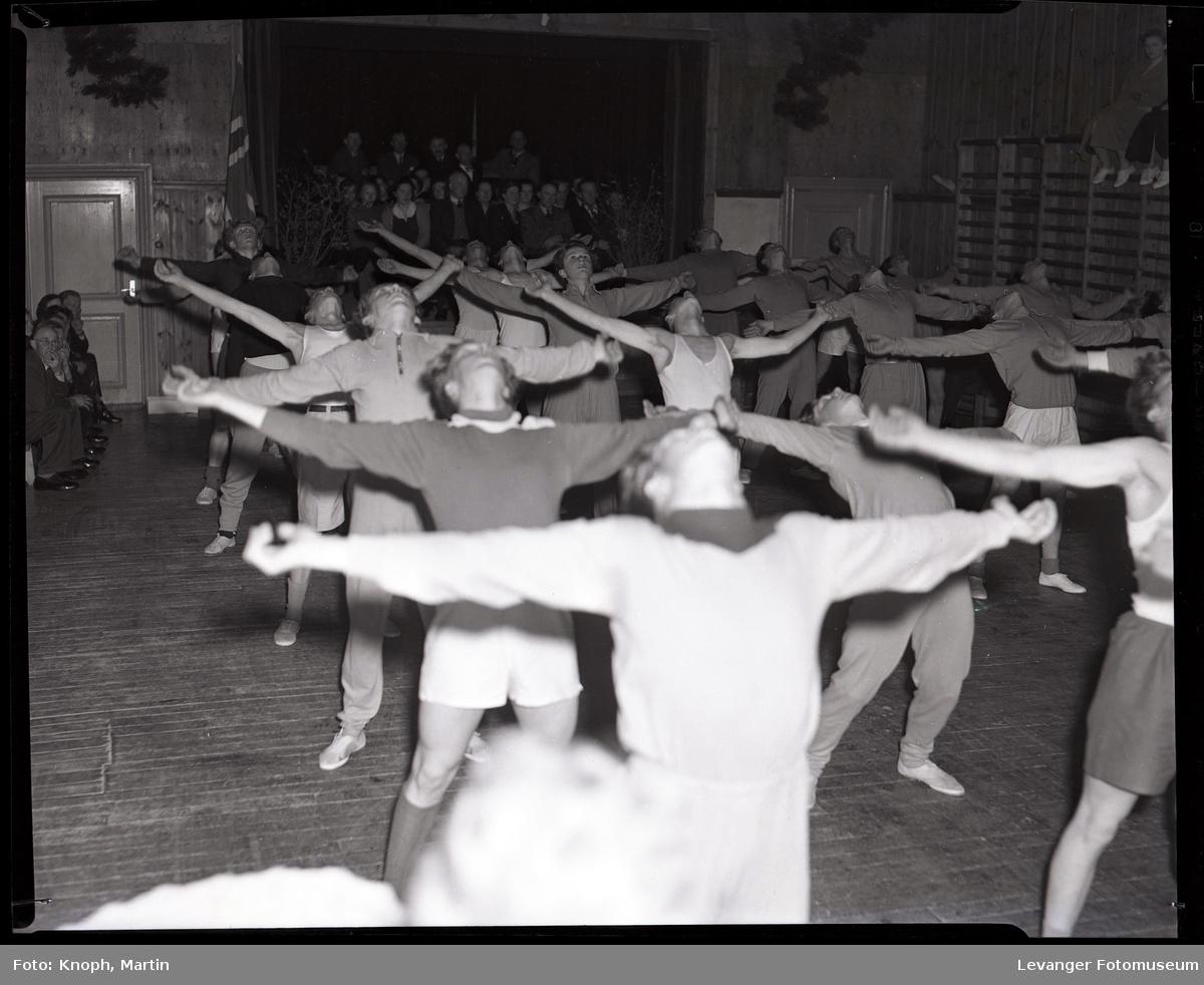 Gymnastikkoppvisning på Sund Folkehøgskole  VI