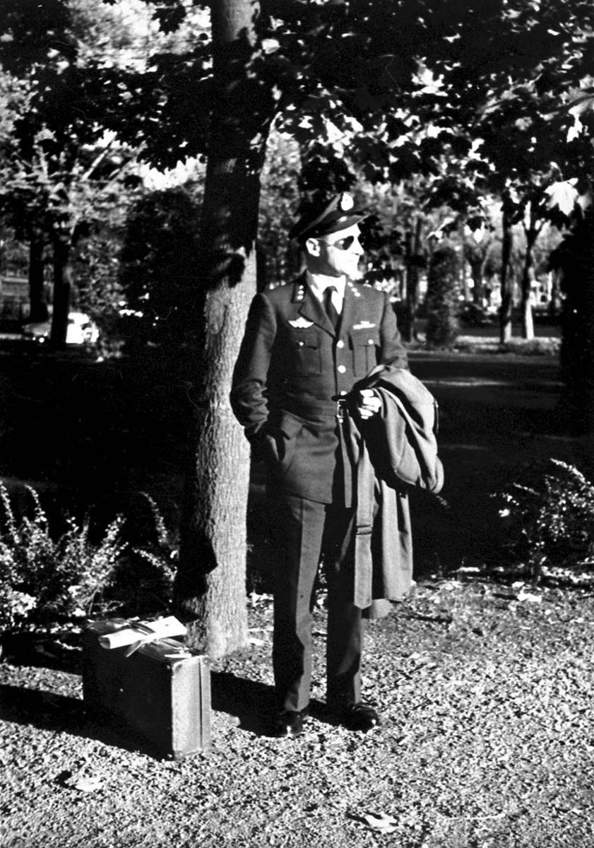 Portrett, 1 person - militær - i en park e.l.