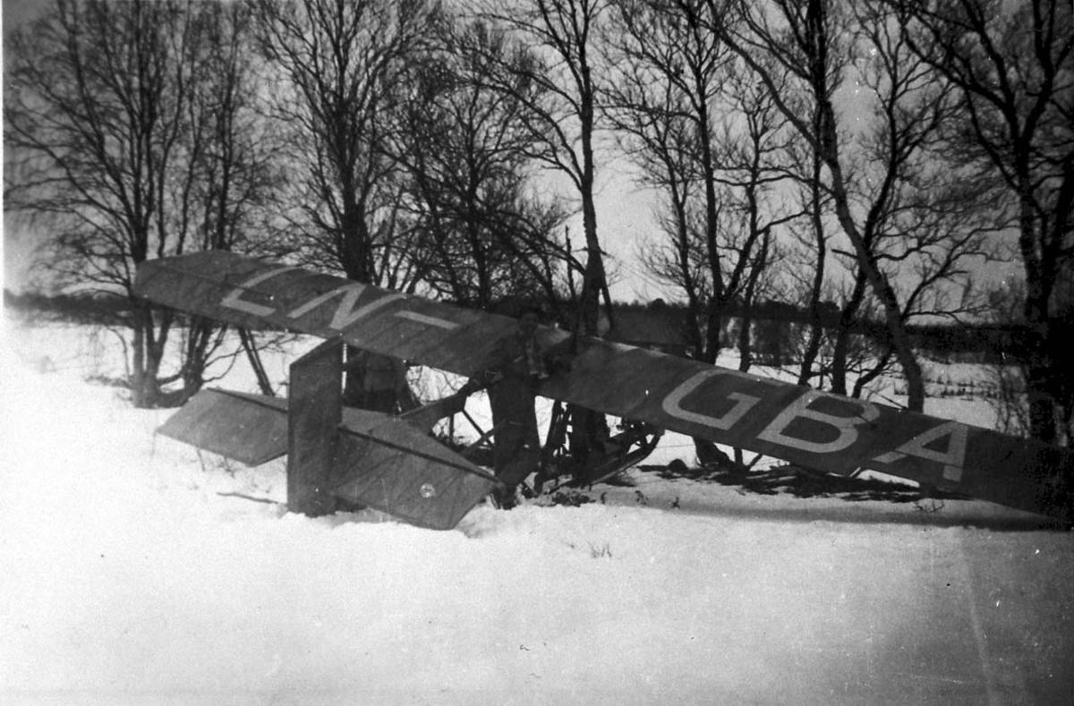 Lufthavn, 1fly på bakken, Grunau 9 (NTHF) LN-GBA. Står inne i en treklynge - mindre havari. Snø på bakken