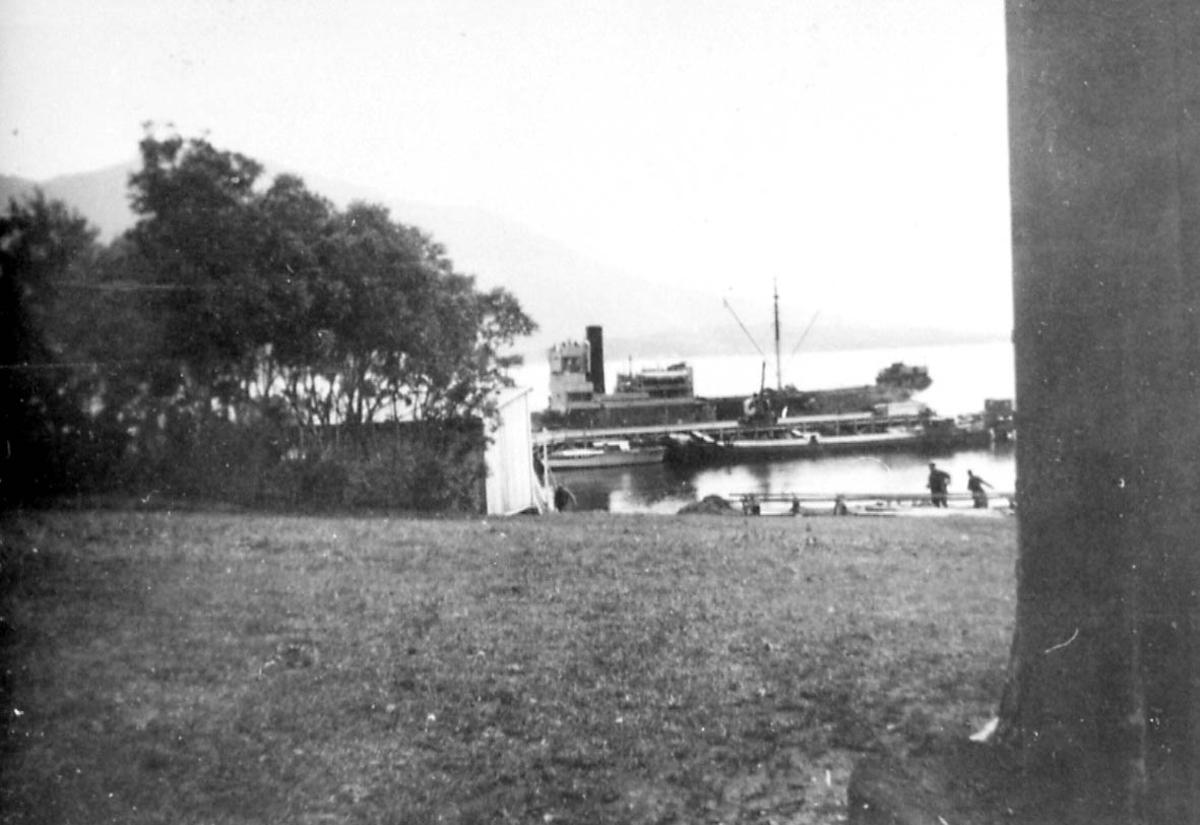 Kai - havneanlegg med  fartøy og mindre båter. Noen personer.