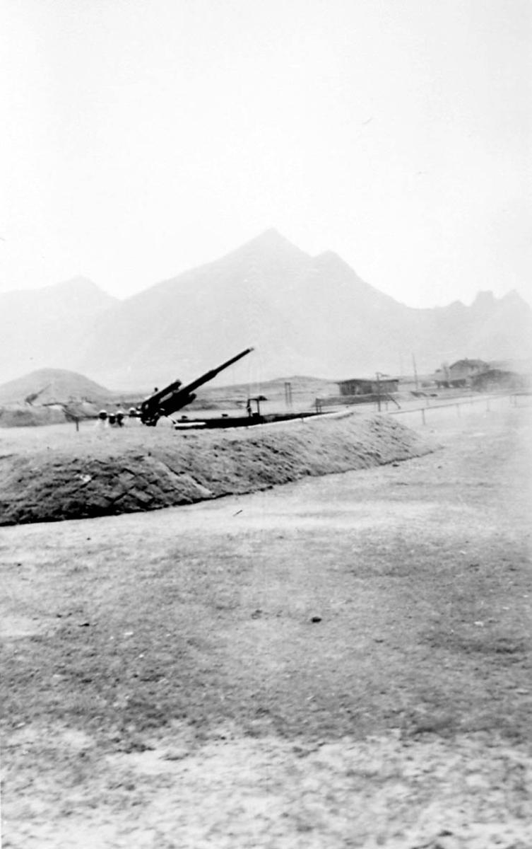 Militært anlegg, festningsområde. 2 kanoner og noen bygninger.
