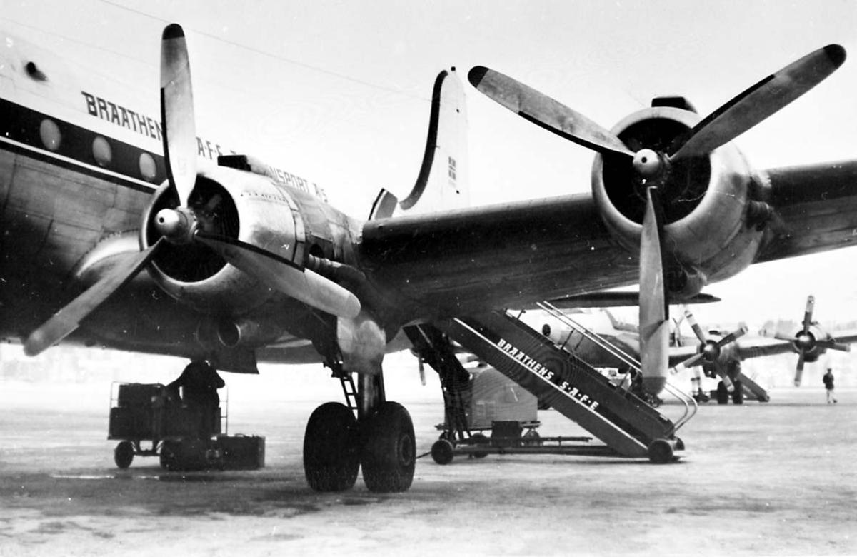 Lufthavn. 1 fly på bakken Douglas DC-4 C-54A-15 Skymaster fra Braathens SAFE.