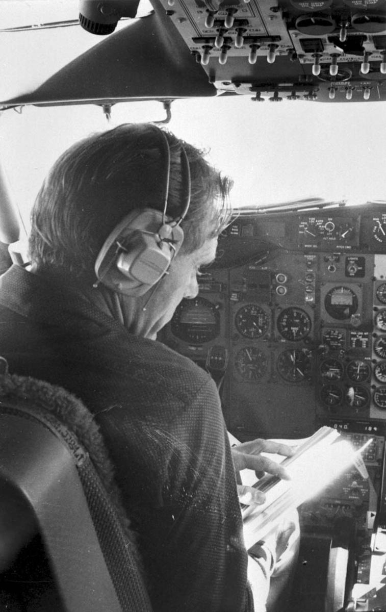 Portrett, 1 person inne i cocpiten på en Boeing-737 fra Braathens SAFE.