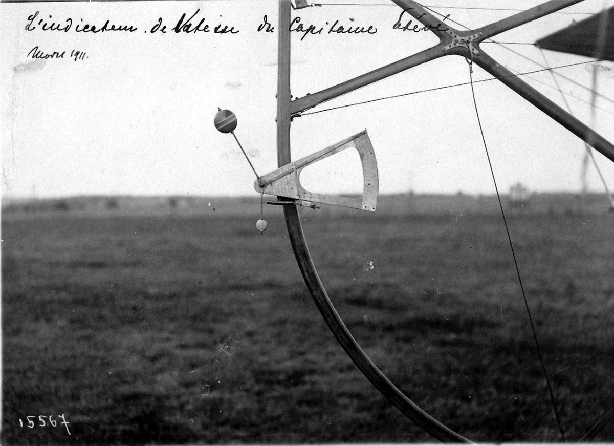 Ett fly på bakken, Maurice Farman. Detaljfoto av understell.