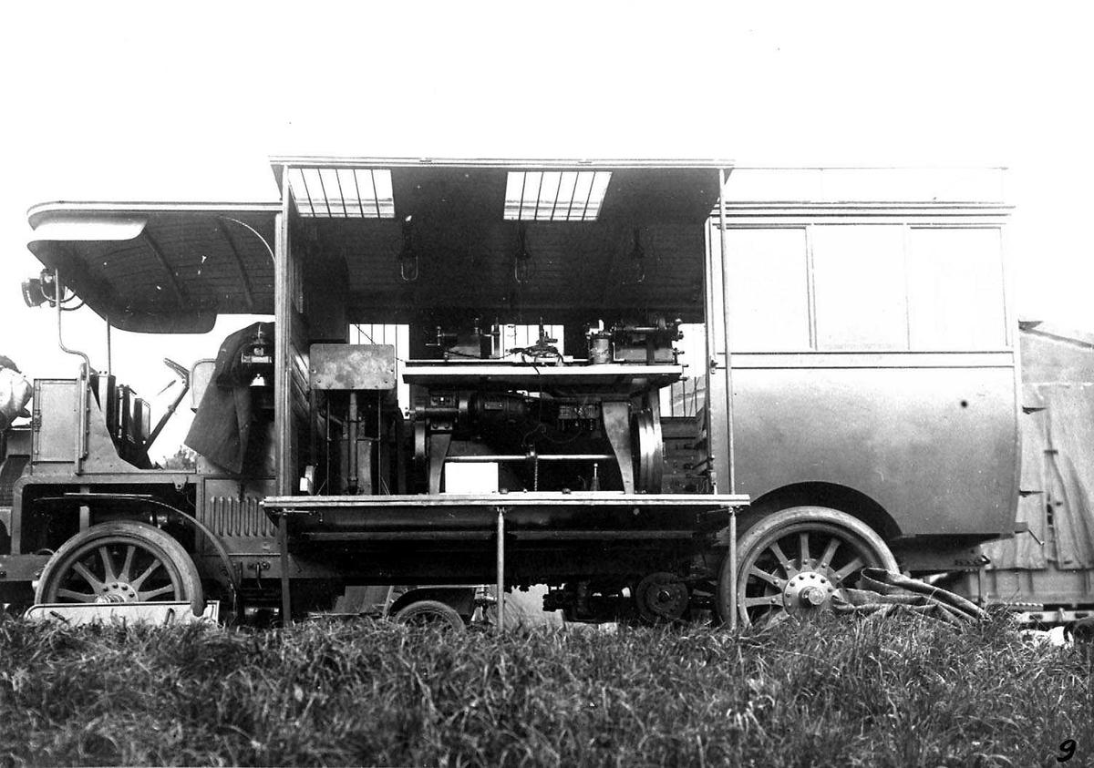 En parkert lastebil brukt som elektrisk verksted.
