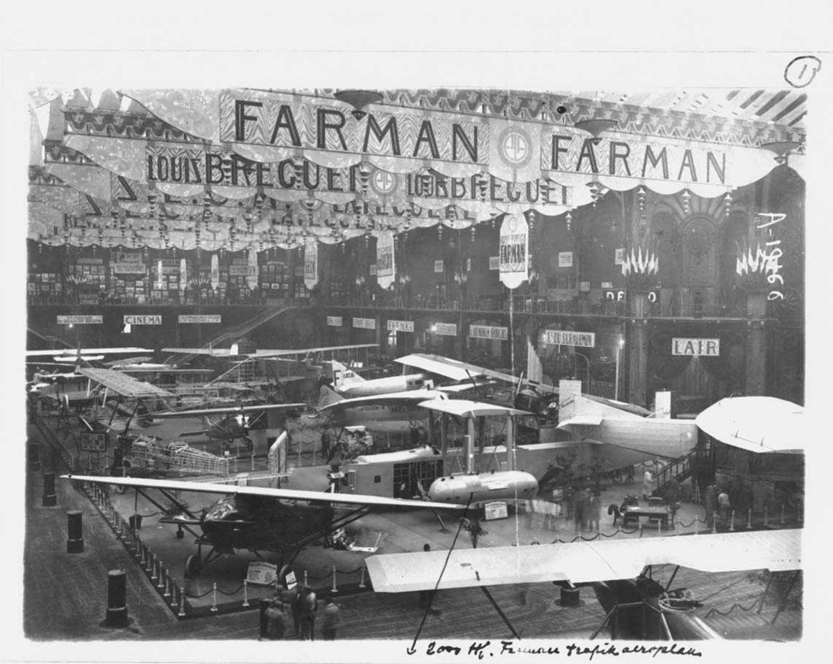 Flyutstilling av flere flytyper, blant annet Farman