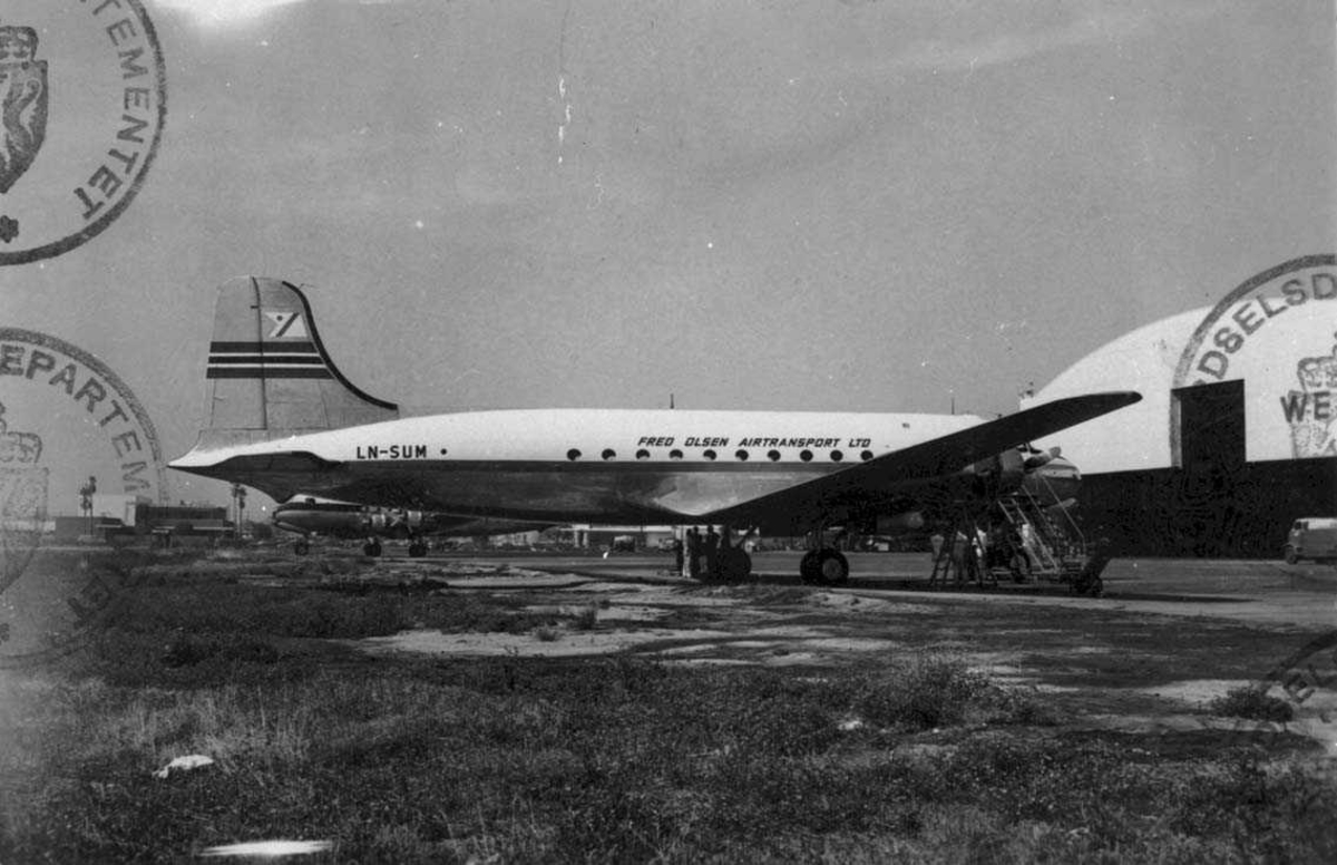 Lufthavn. Ett fly på bakken, Douglas C-54A-10-DC Skymaster. LN-SUM fra Fred Olsens Flyselskap A/S
