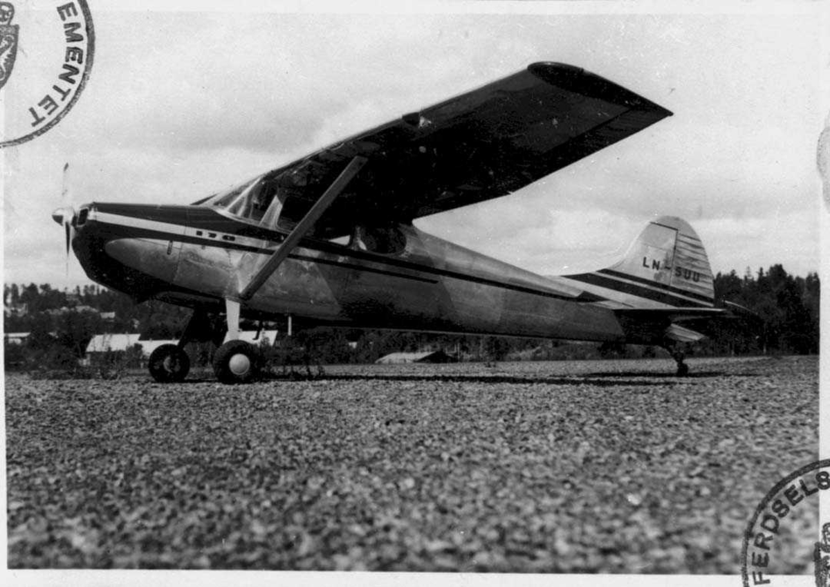 Lufthavn. Ett fly på bakken, Cessna 170A LN-SUU Fra Widerøes Flyveselskap og Polarfly A/S.