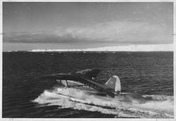 Ett fly i fart på havet Stinson SR.8 EM, LN-BAR. Iskanten i