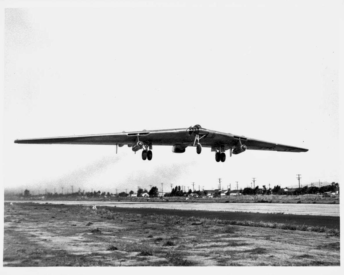 "Luftfoto. Ett fly i lufta, Northrop YRB-49A ""Flying Wing"" fra USAF."