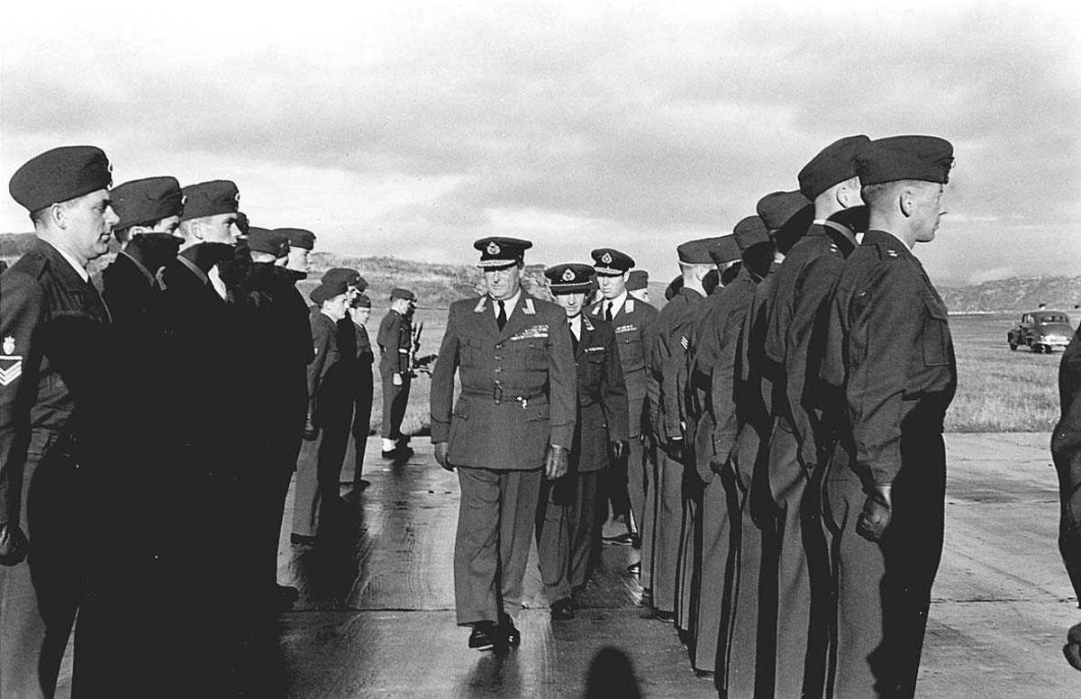 En Kronprins, militære offiserer, befal og soldater.