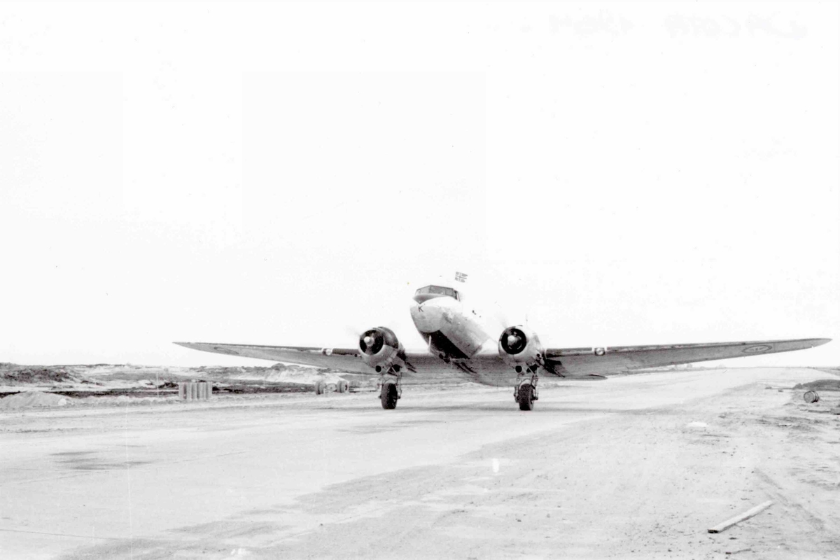 Lufthavn. Bodø.  Ett fly på bakken , C-47A Dacota  BW-K  335 skv.