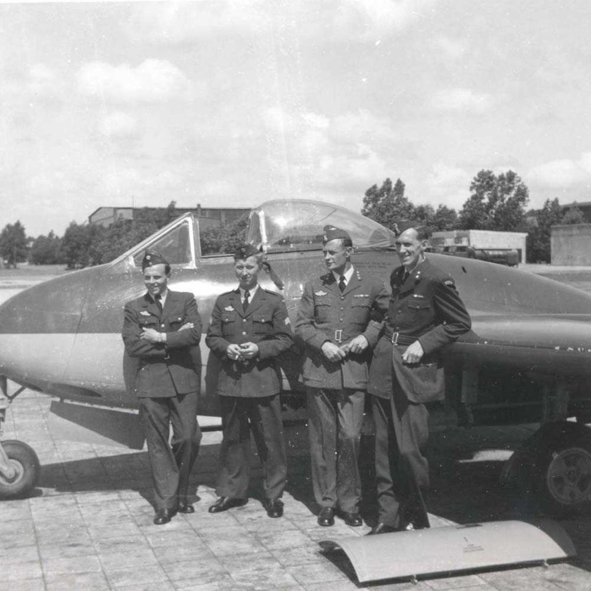 4 piloter som står foran et fly. Vamp.