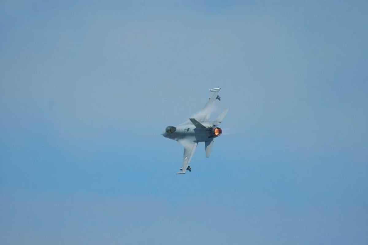 Ett fly i lufta.F-16 Jagerfly.