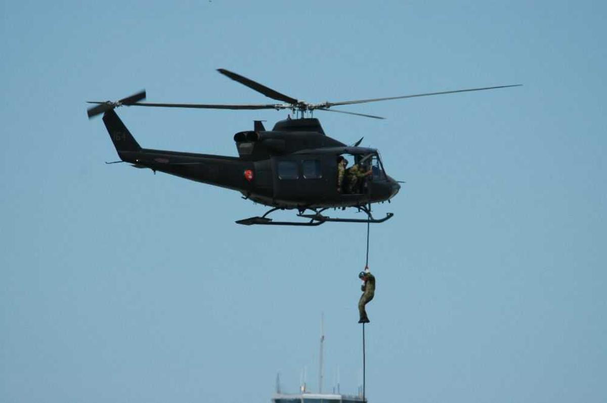 Helikopter Bell 412, mann fires ned.