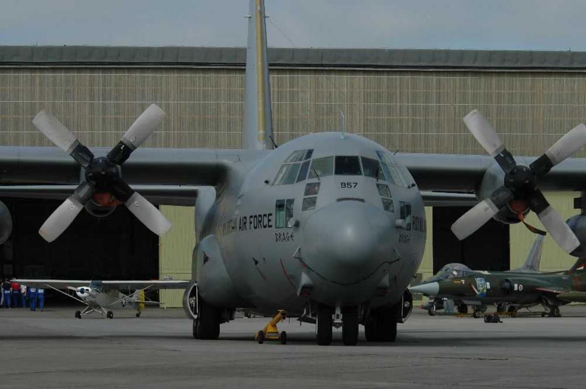 """Lufthavn (flyplass) Ett fly på bakken). Transportfly, Hercules J, 957, """"Brage"""" fra 335 skavadronen"""